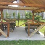 klupe u dvorištu doma za stare avalska oaza